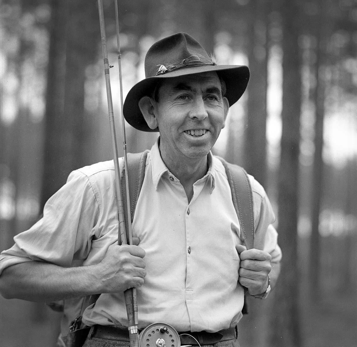 Hans Lidman vandrar i skogen