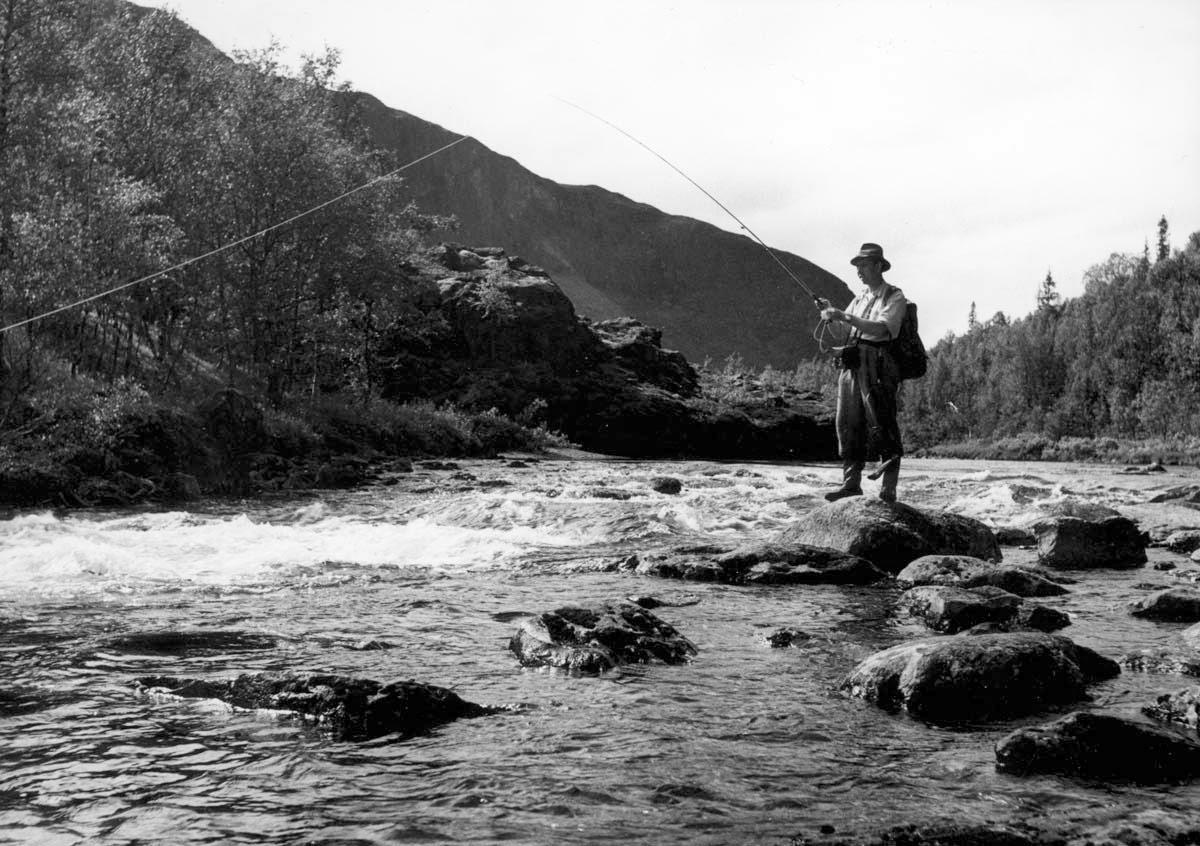 Hans Lidman fiskar vid Svartån